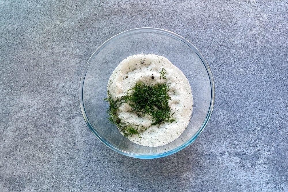 Mezcla de sal, azúcar, eneldo y pimienta para marinar el salmón