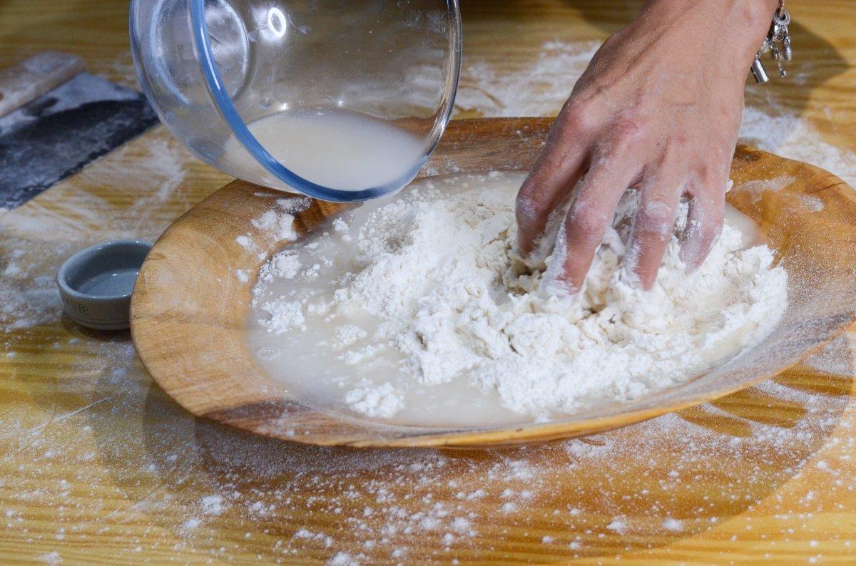 Mezclando los ingredientes de la masa
