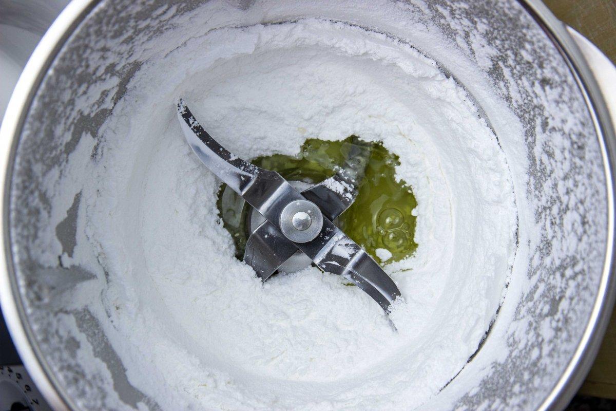 Mezclar azúcar, clara y zumo de limón para el galseado perfecto blanco