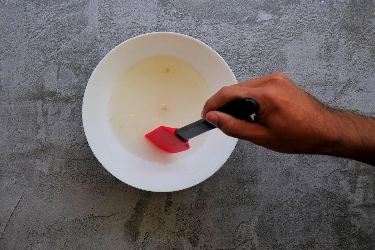 mezclar bien el agua con la levadura