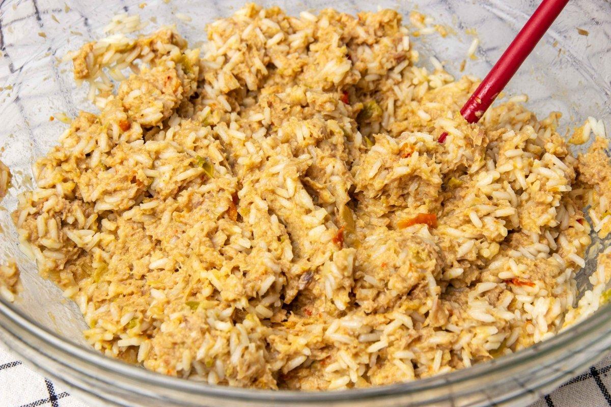 Mezclar carne arroz y verduras para hacer las boudin balls