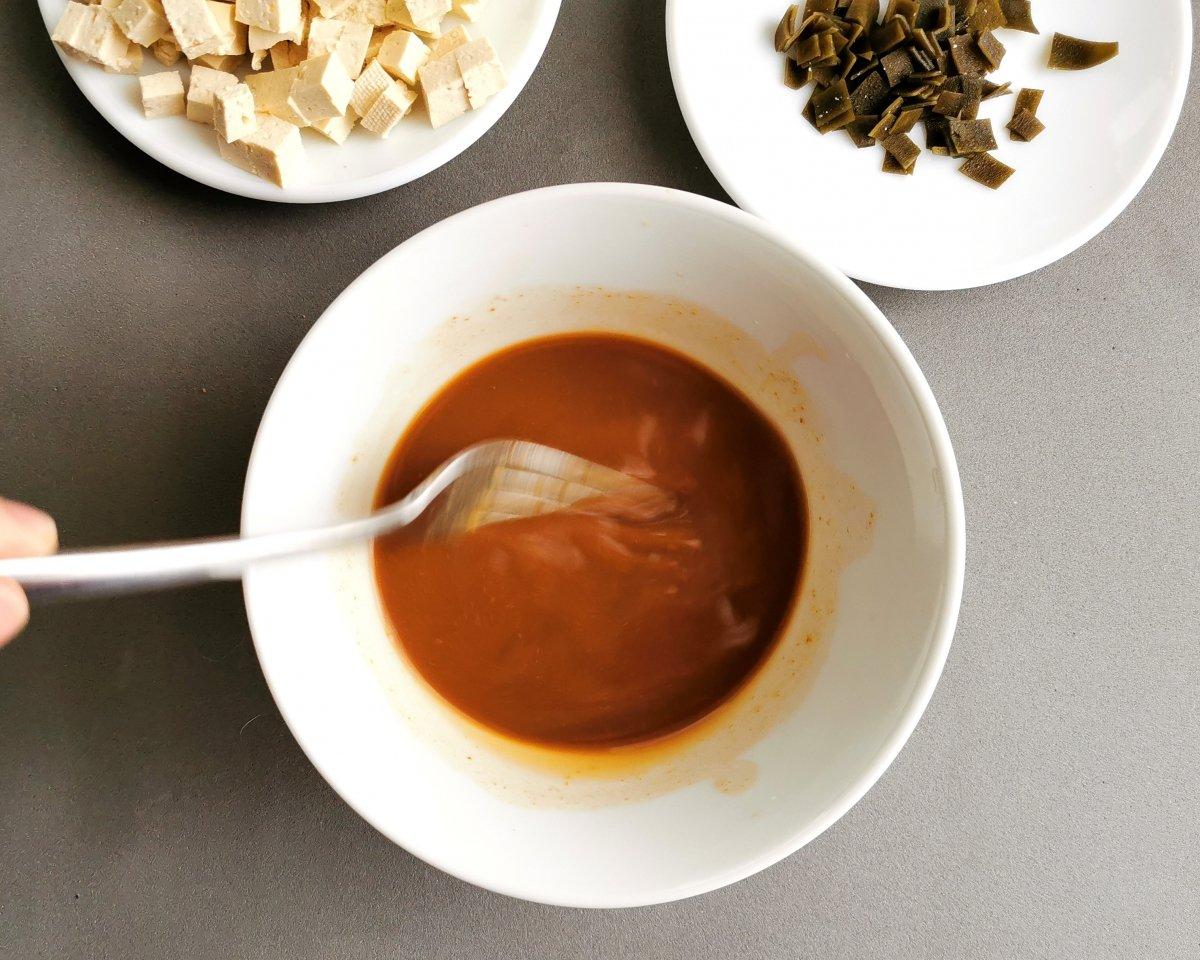 Mezclar con un tenedor para deshacer bien el miso