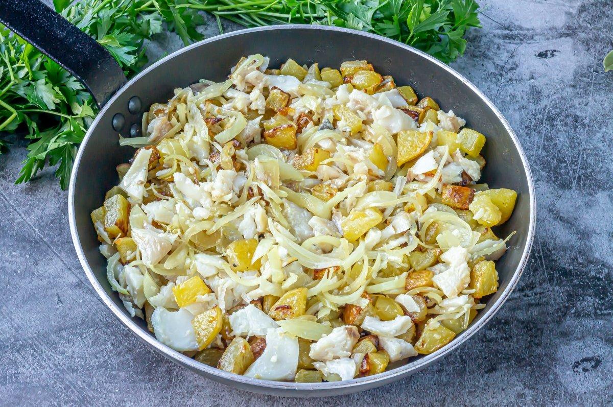 Mezclar el bacalao y cebolla con las patatas fritas