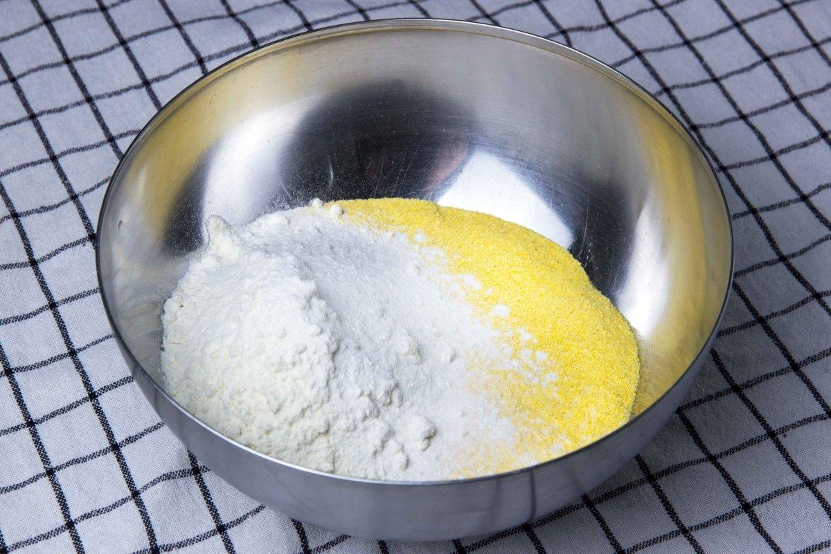 Mezclar harinas y sal para los tortos