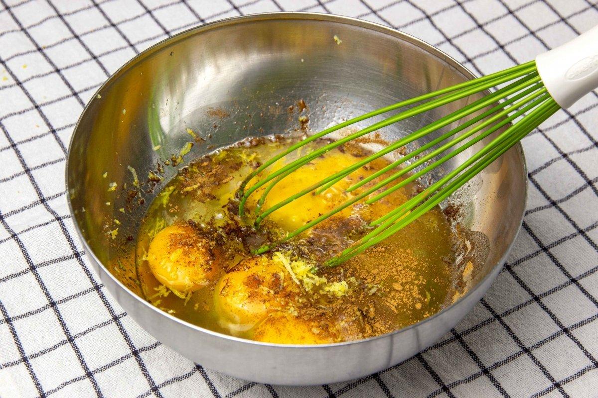 Mezclar huevos, azúcar, canela y limón para hacer el pan de Calatrava