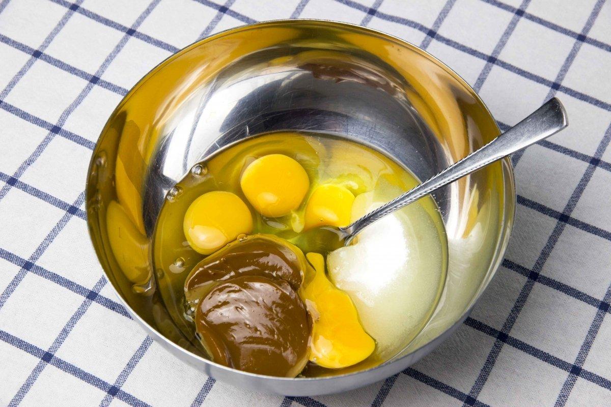 Mezclar ingredientes para hacer el flan de dulce de leche