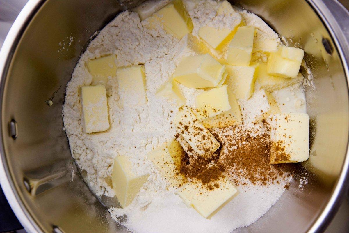 Mezclar ingredientes para hacer la base de la tarta de frutas