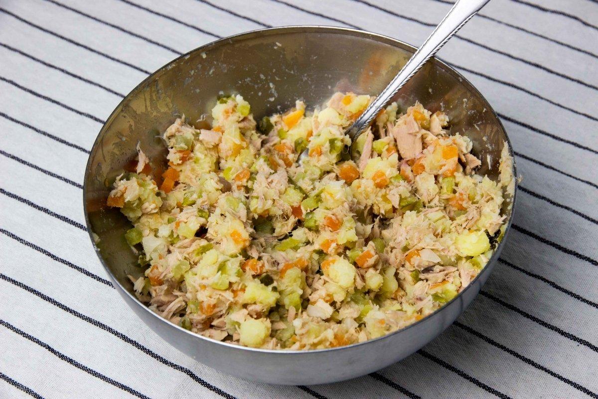 Mezclar ingredientes para la ensaladilla de las marineras
