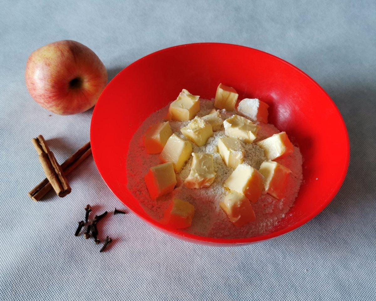 Mezclar la harina con el azúcar, la sal y la mantequilla