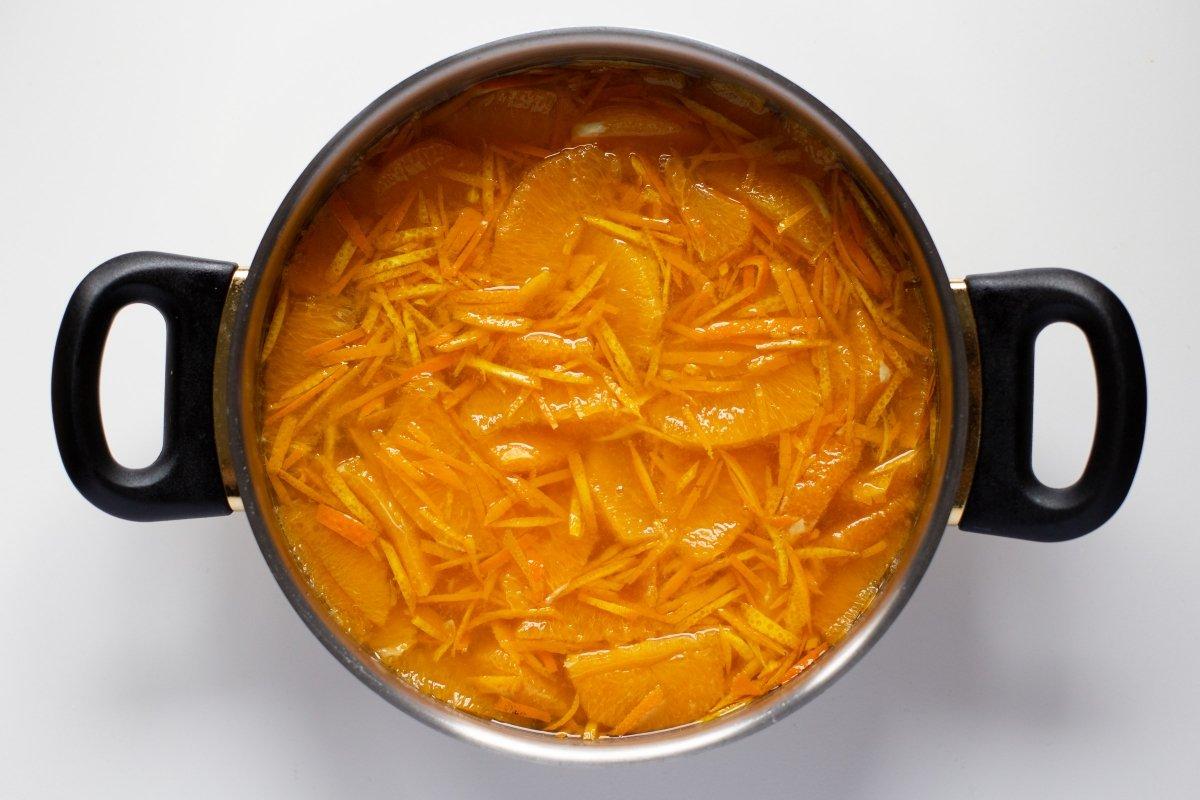 Mezclar la naranja, el azúcar, el limón y el agua