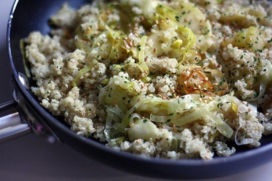 Mezclar la quinoa con el puerro y la manzana