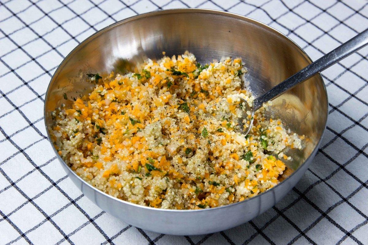 Mezclar la quinoa con las verduras y salpimentar