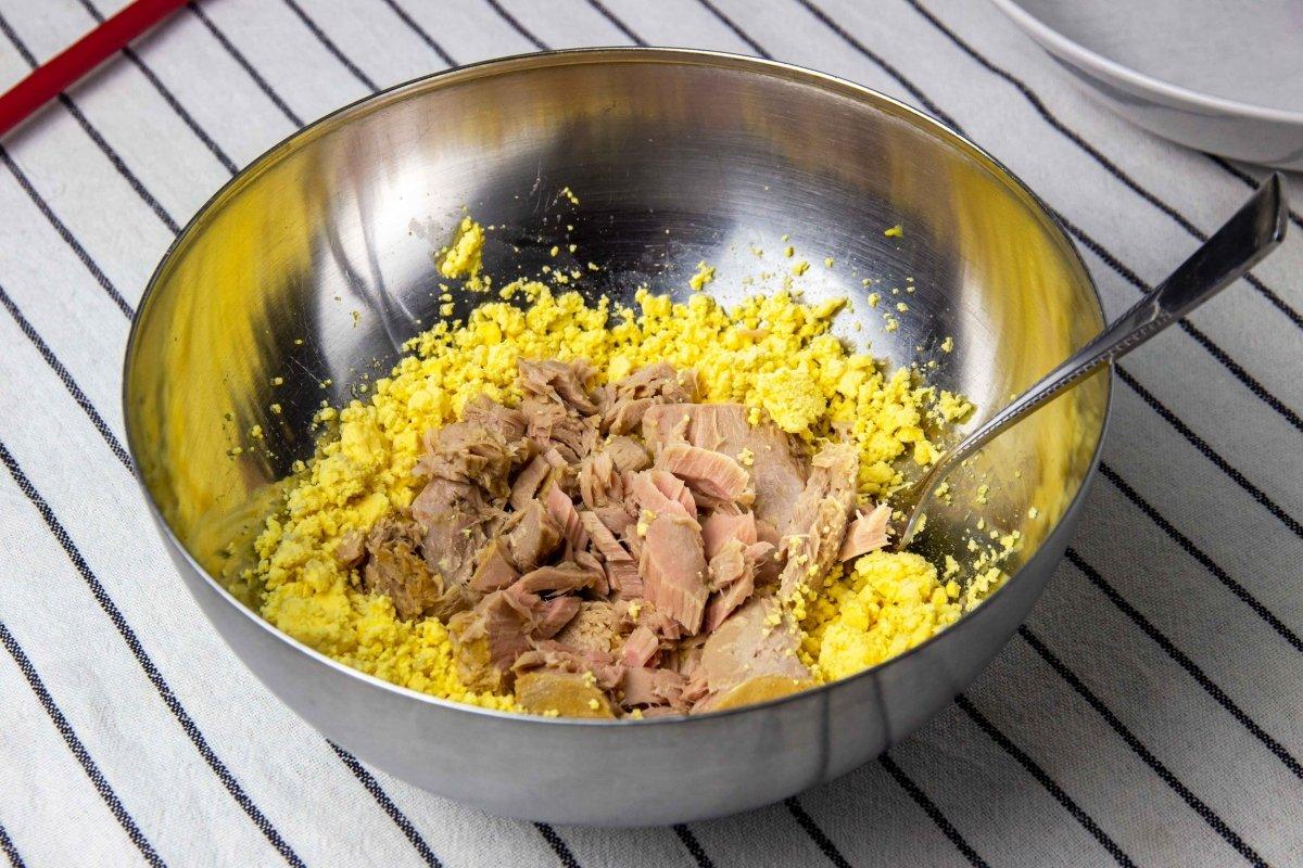 Mezclar las yemas con el bonito para hacer los huevos con bechamel