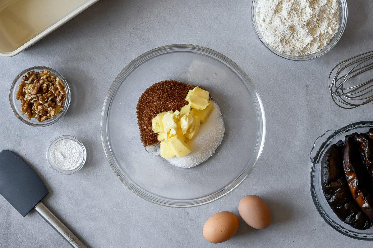Mezclar los dos tipos de azúcar con la mantequilla