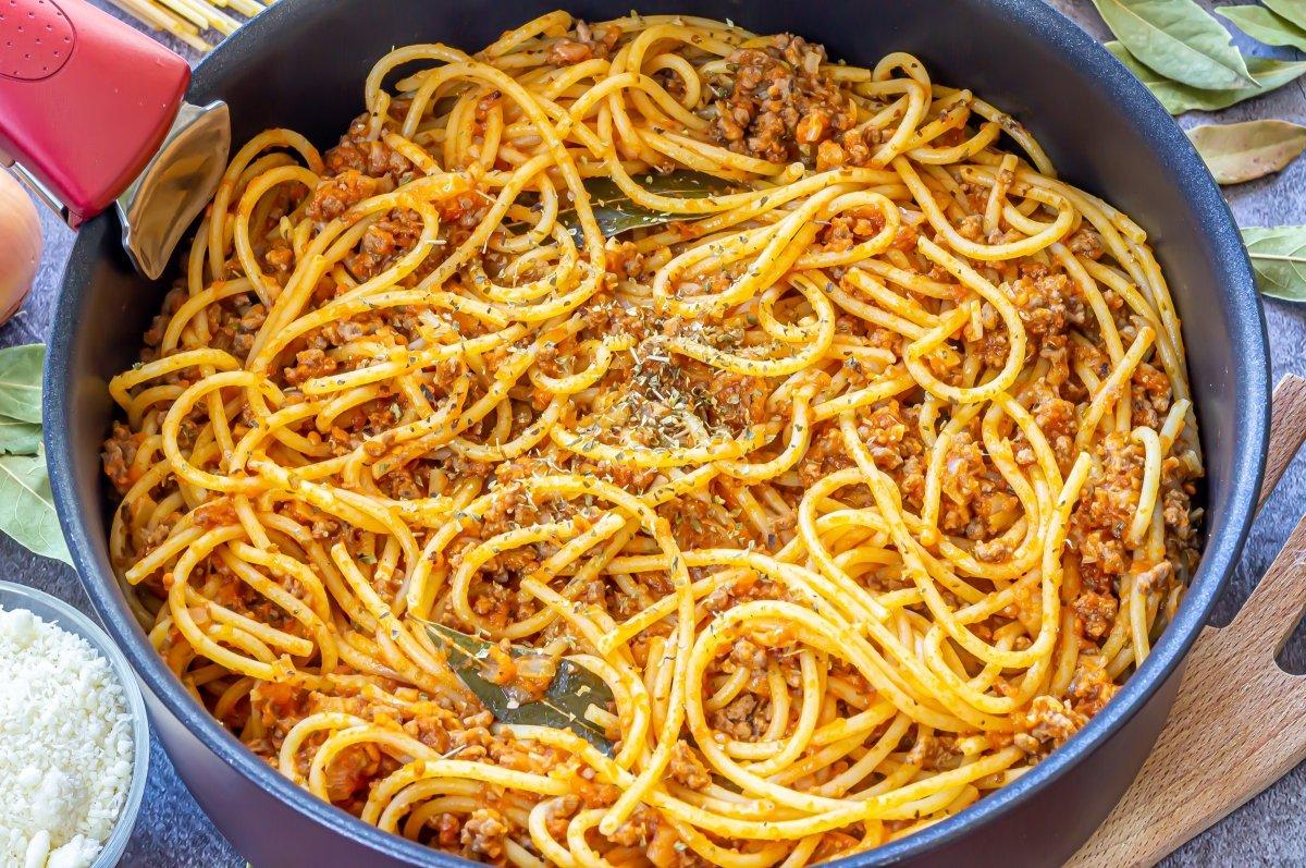 Mezclar los espaguetis con la salsa de tomate y carne picada
