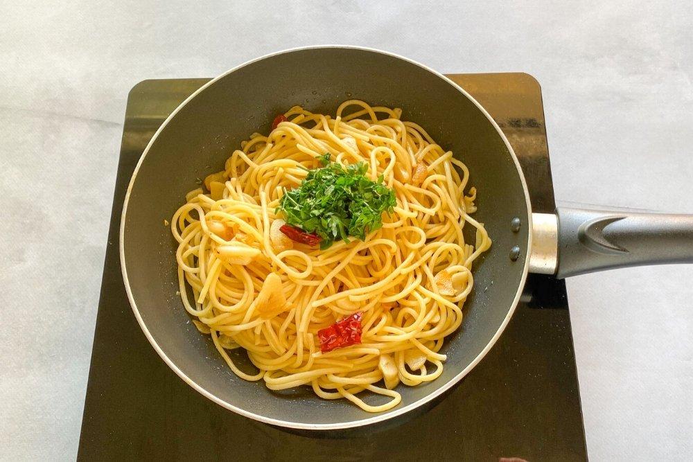 Mezclar los espaguetis, los ajos, el peperocino y el perejil