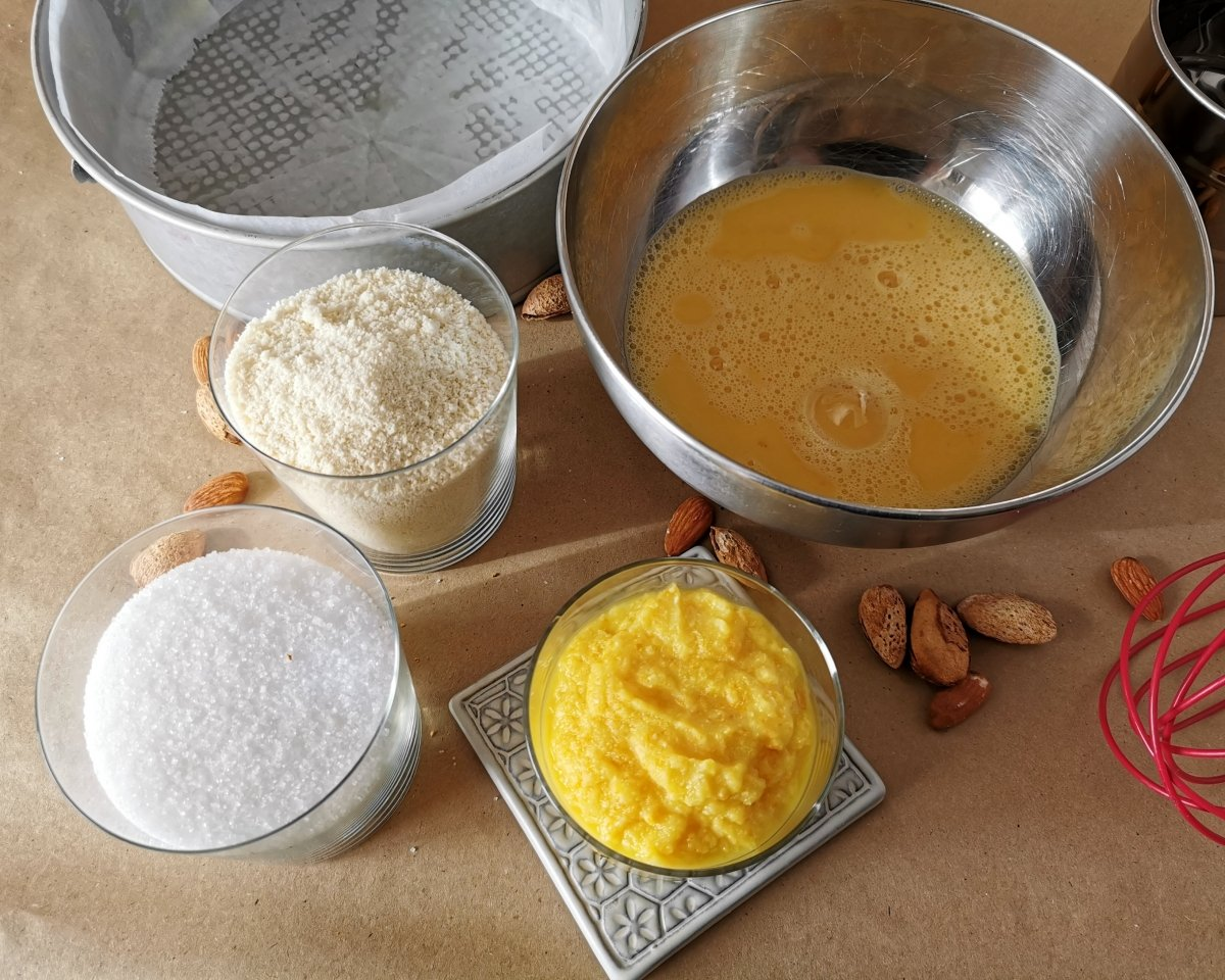 Mezclar los huevos con el azúcar, las almendras, la naranja triturada y el impulsor.