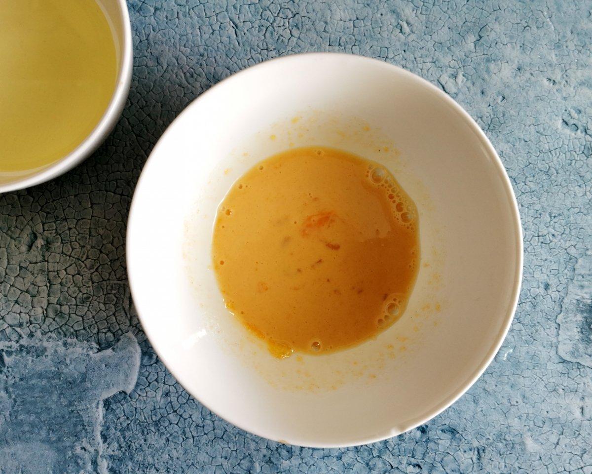 Mezclar todos los ingredientes, excepto el aceite de girasol, en un bol.