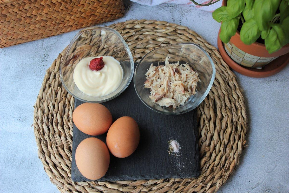 Mice en place para la realización de los huevos rellenos de atún *