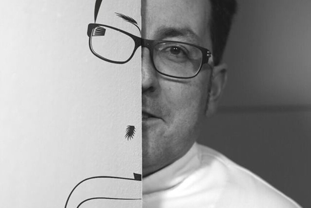 Miquel Ruiz tras un dibujo suyo