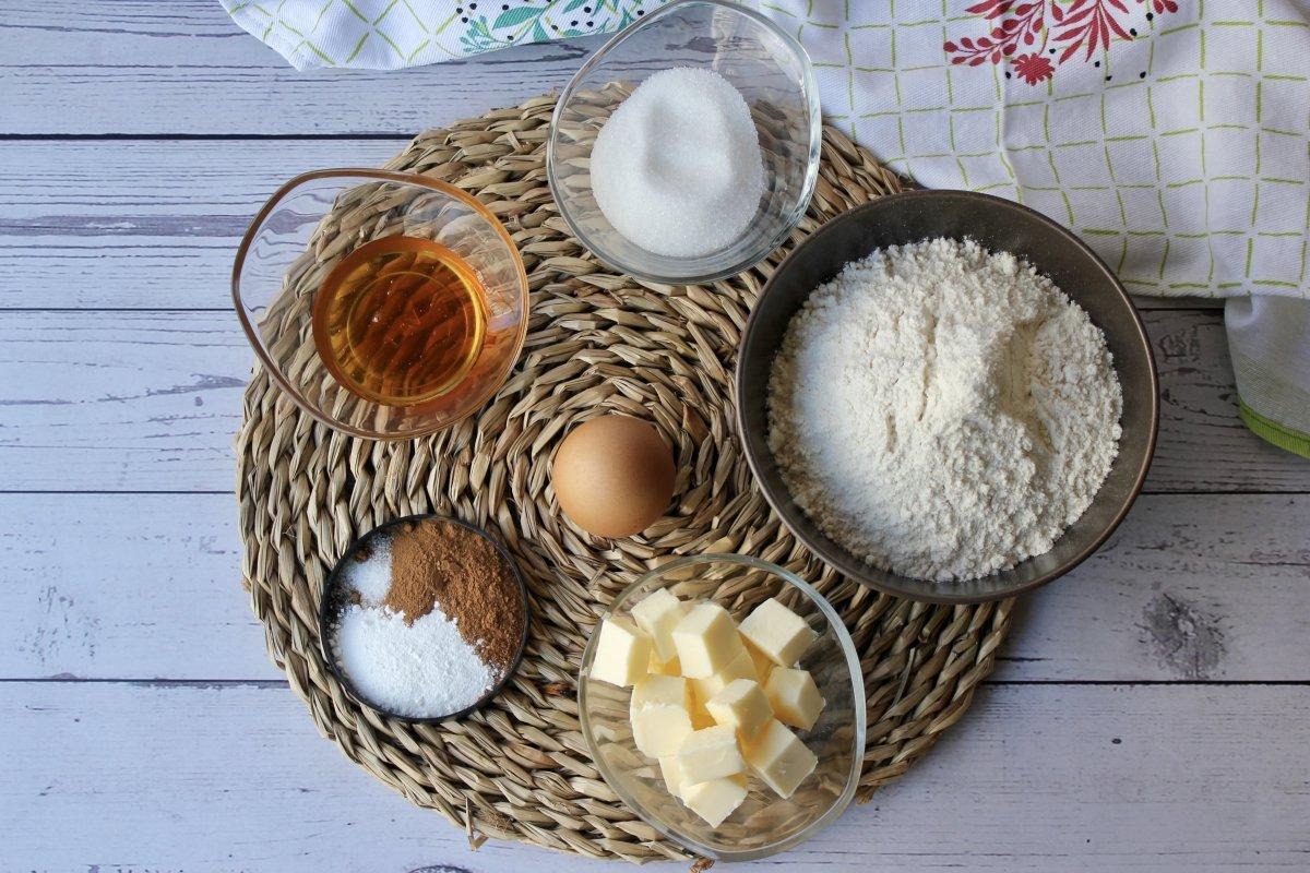 Mise en place de los ingredientes necesarios para hacer galletas de canela