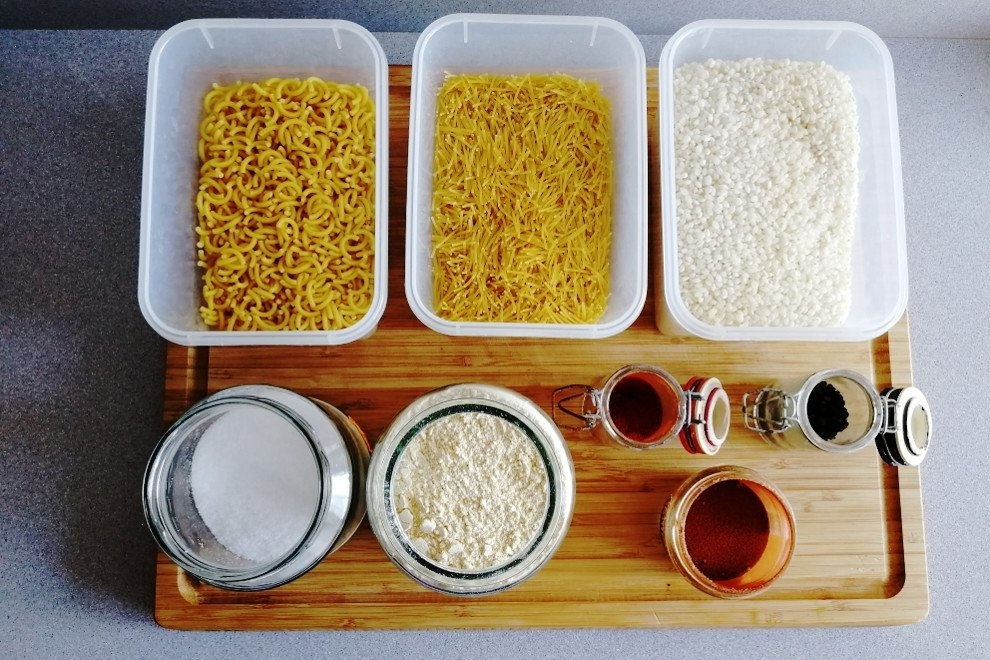 Mise en place de varios productos de pasta, harina y especias