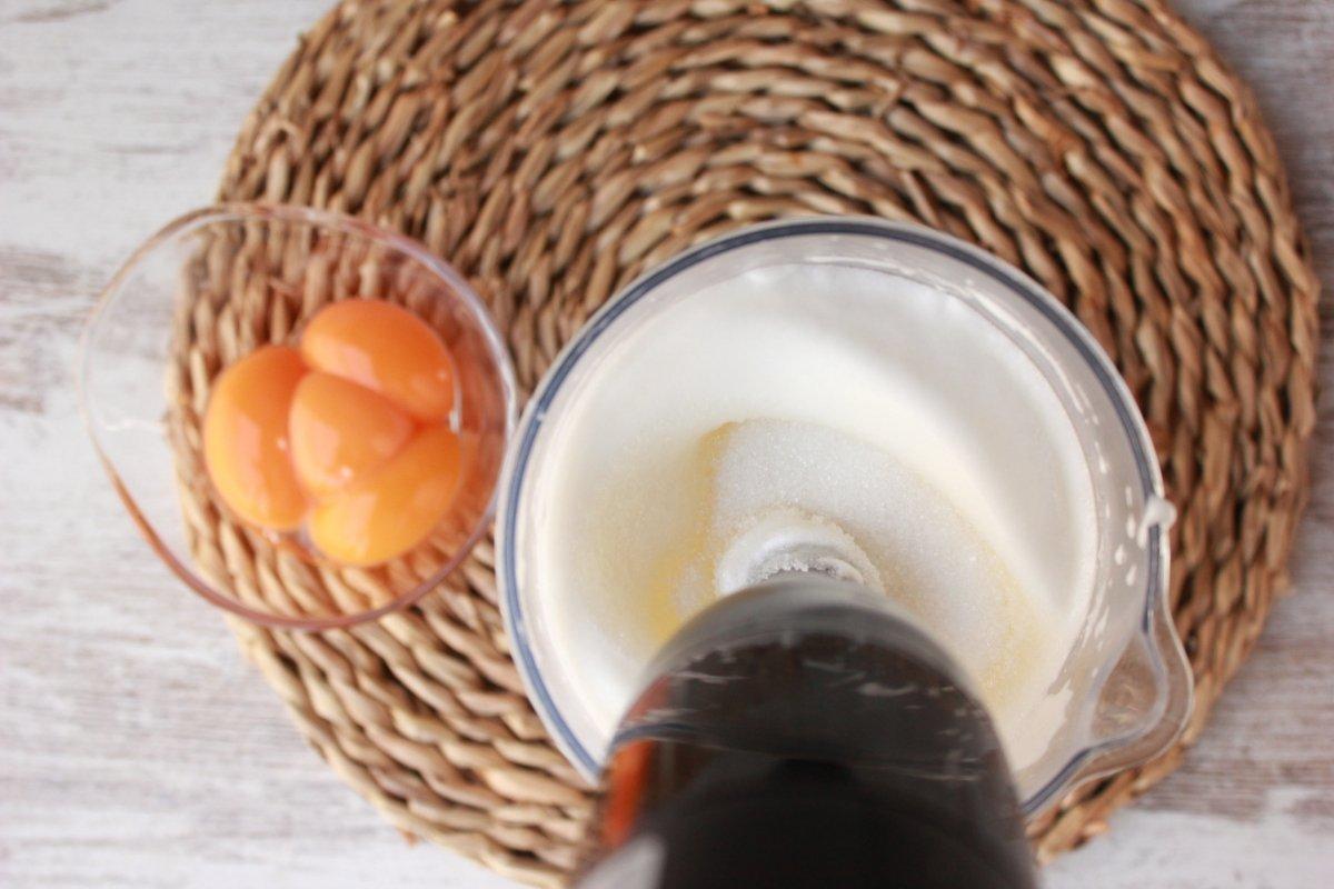 Mitad del proceso del montado de las claras de huevo donde se añade en dos partes el azúcar