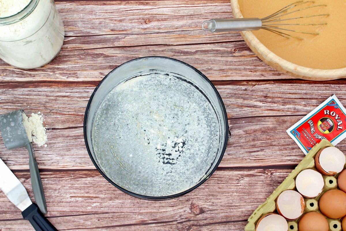 Molde del bizcocho de dulce de leche con mantequilla y harina