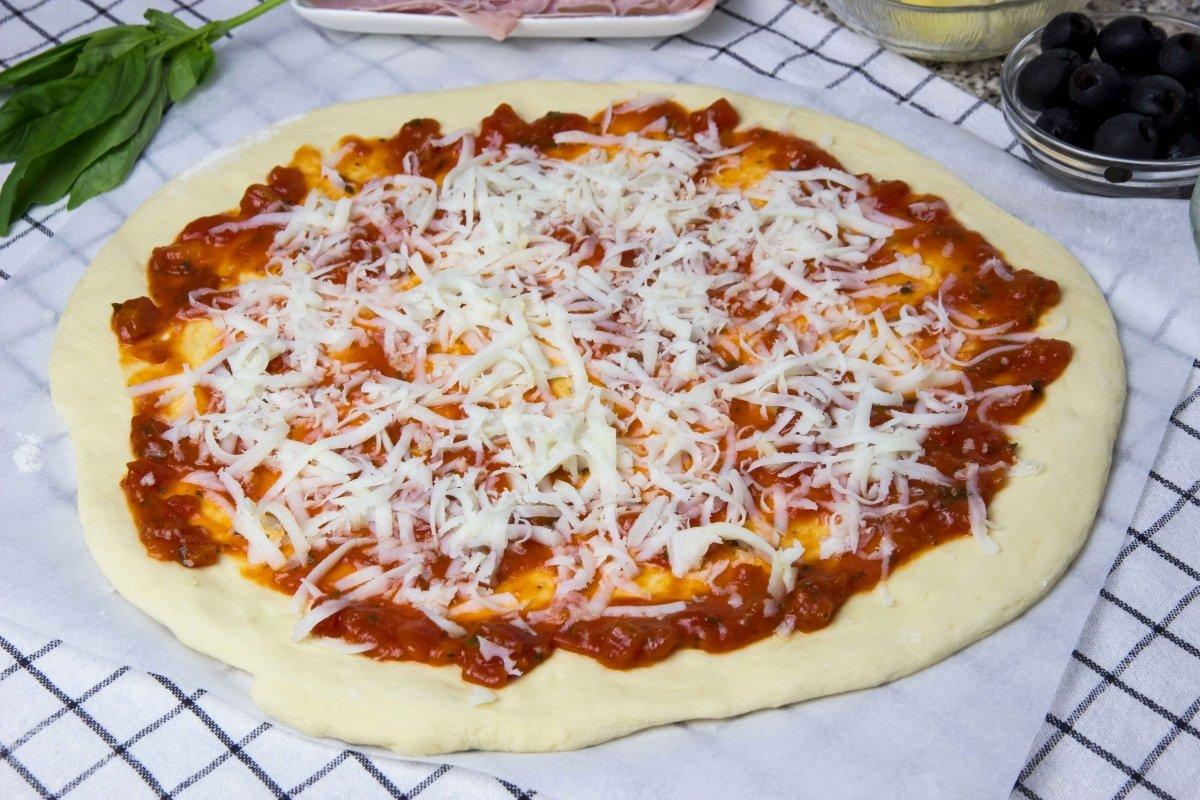 Montaje de la pizza cuatro estaciones 01
