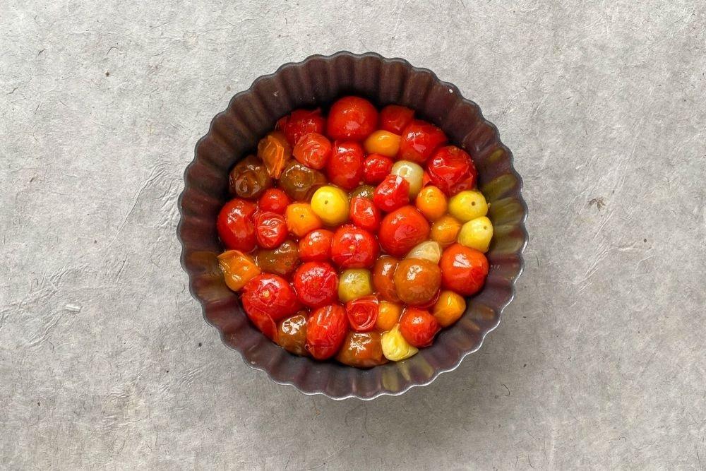 Montaje de la tarta tatín: Primer paso los tomates cherry