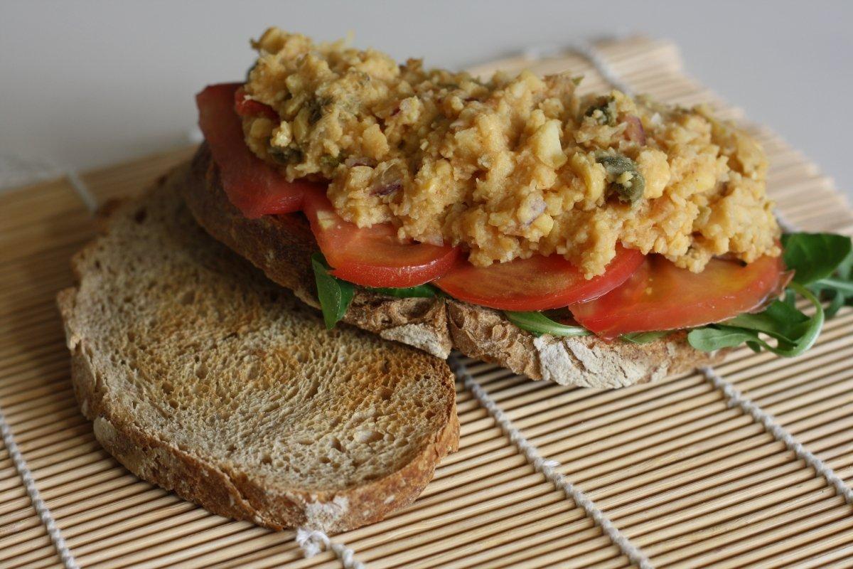Montar el sándwich con el picadillo de garbanzos