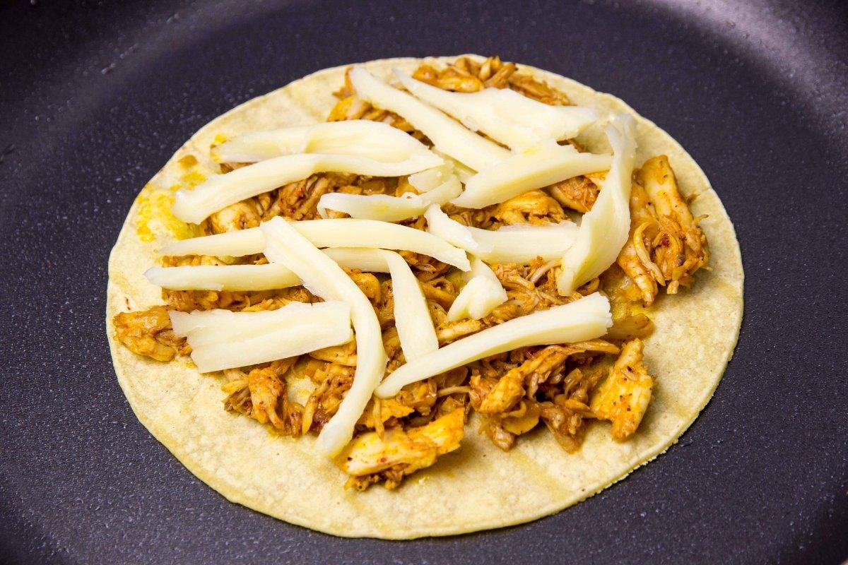 Montar quesadillas de pollo en la sartén paso 1