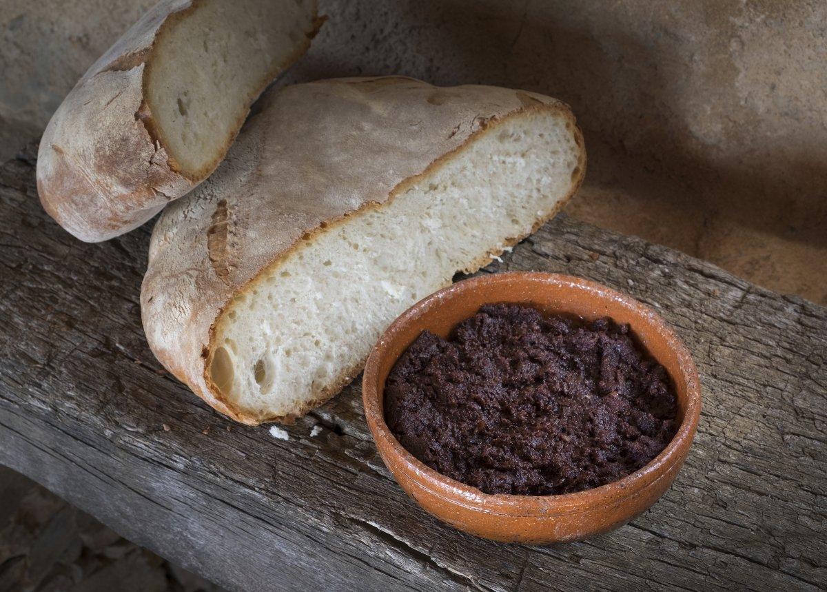 Morcilla de buey de El Capricho con hogazas de pan