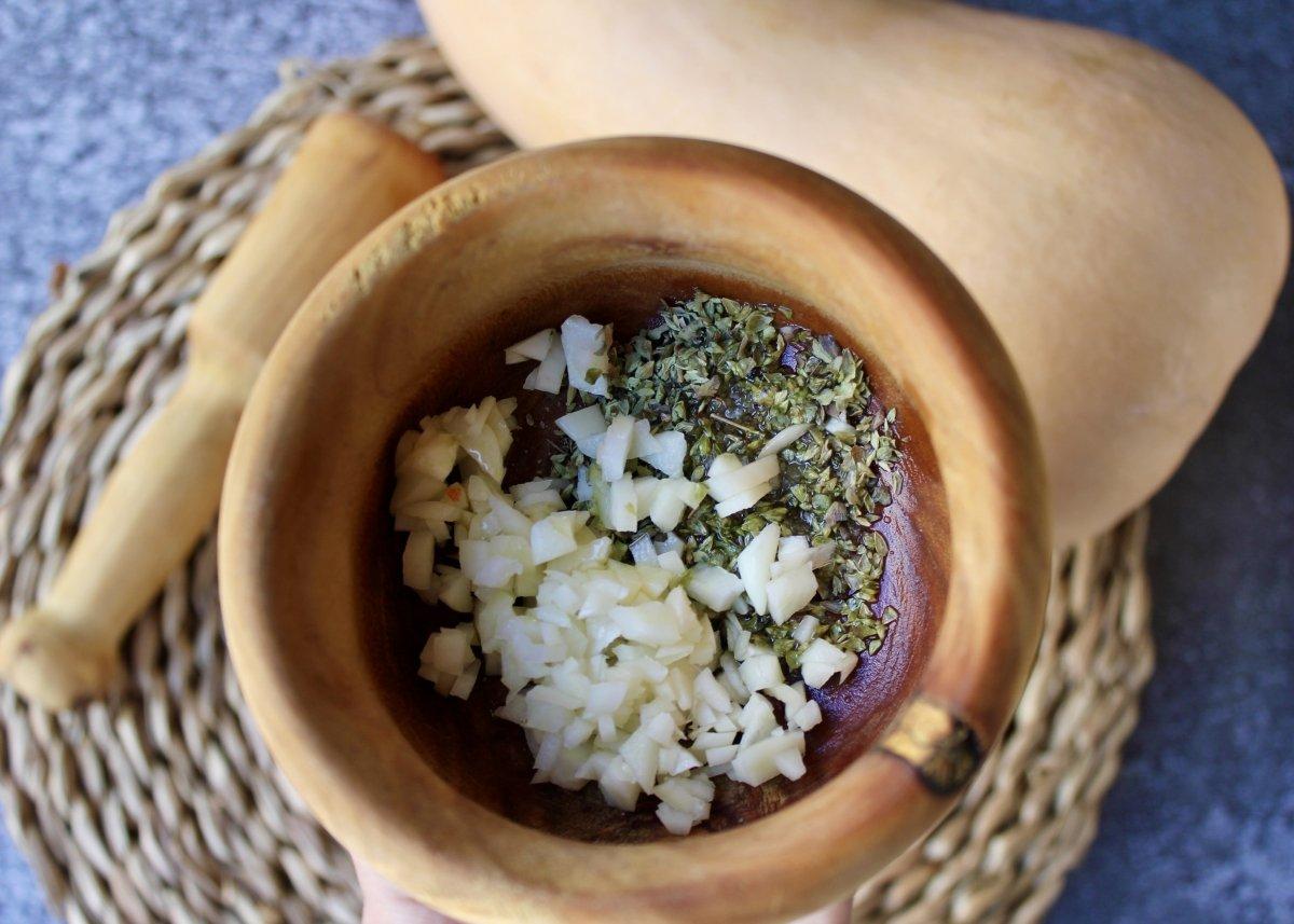 Mortero con ajos picados y orégano para hacer un majado