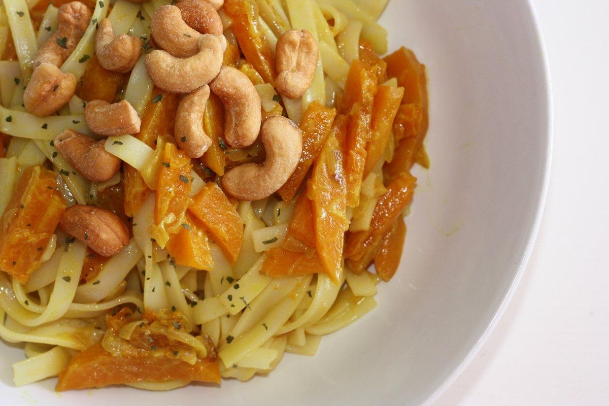 Noodles con calabaza al curry emplatados