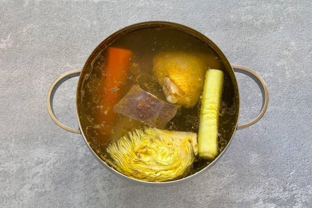 Olla con carnes, huesos y verduras para hacer escudella