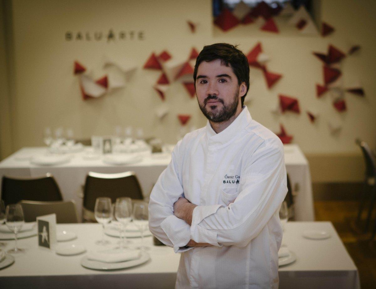 Óscar García en el comedor del restaurante Baluarte