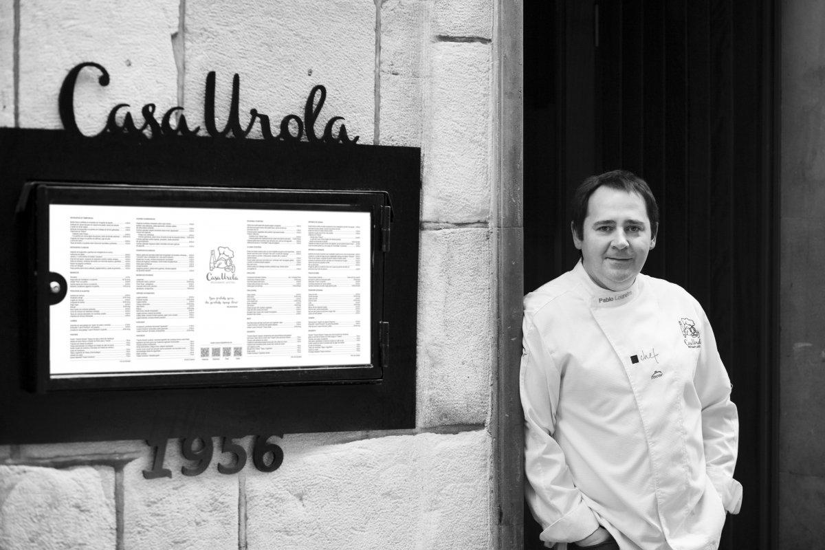 Pablo Loureiro en la puerta del restaurante Casa Urola
