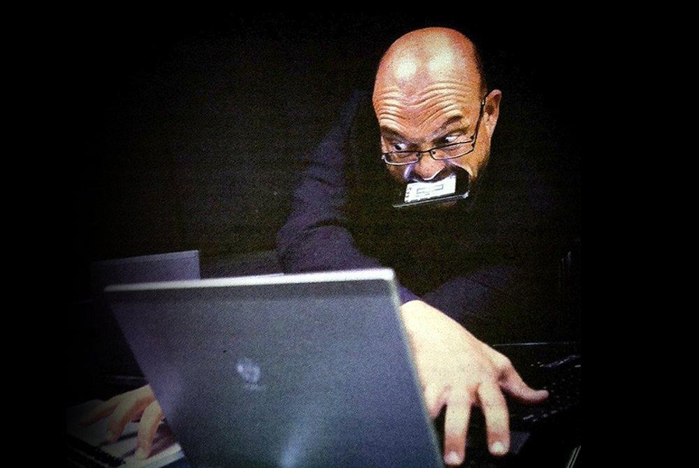 Paco Alonso usando varios ordenadores