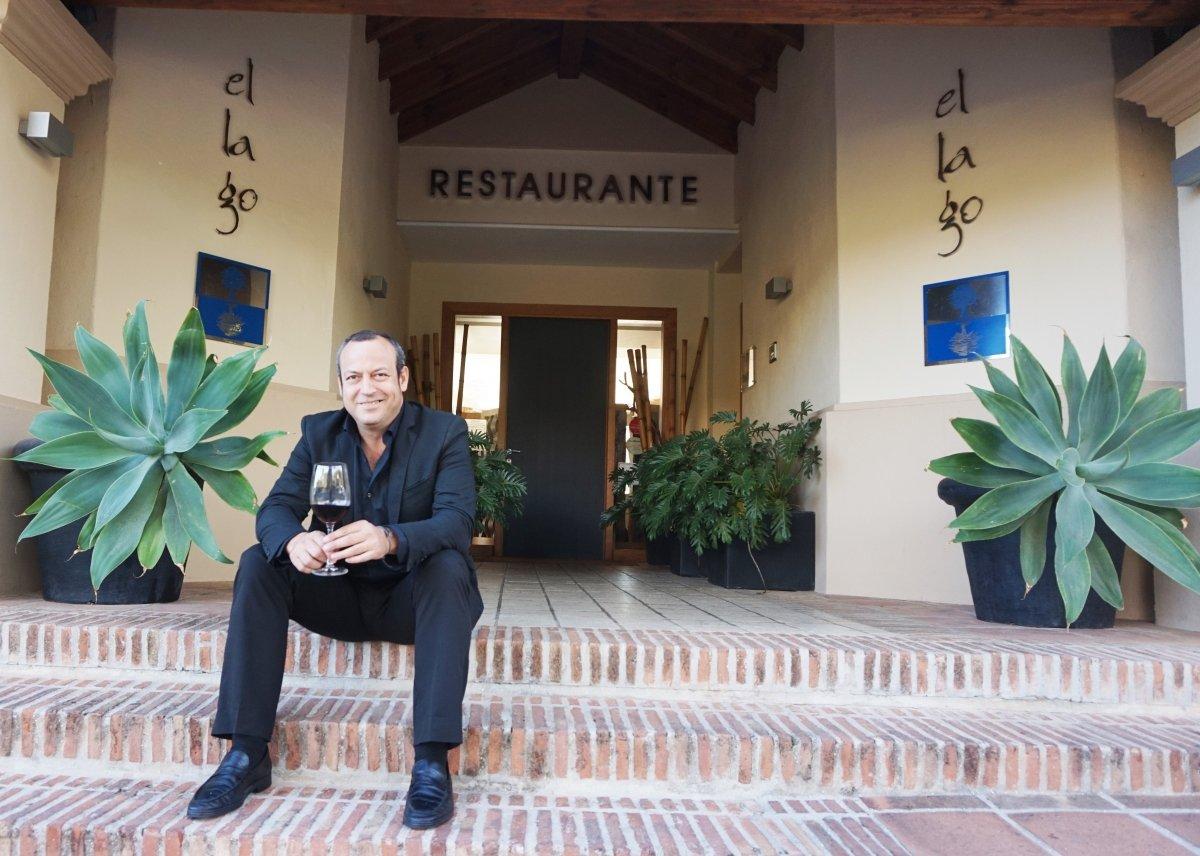 Paco García, director, en la entrada del restaurante El Lago