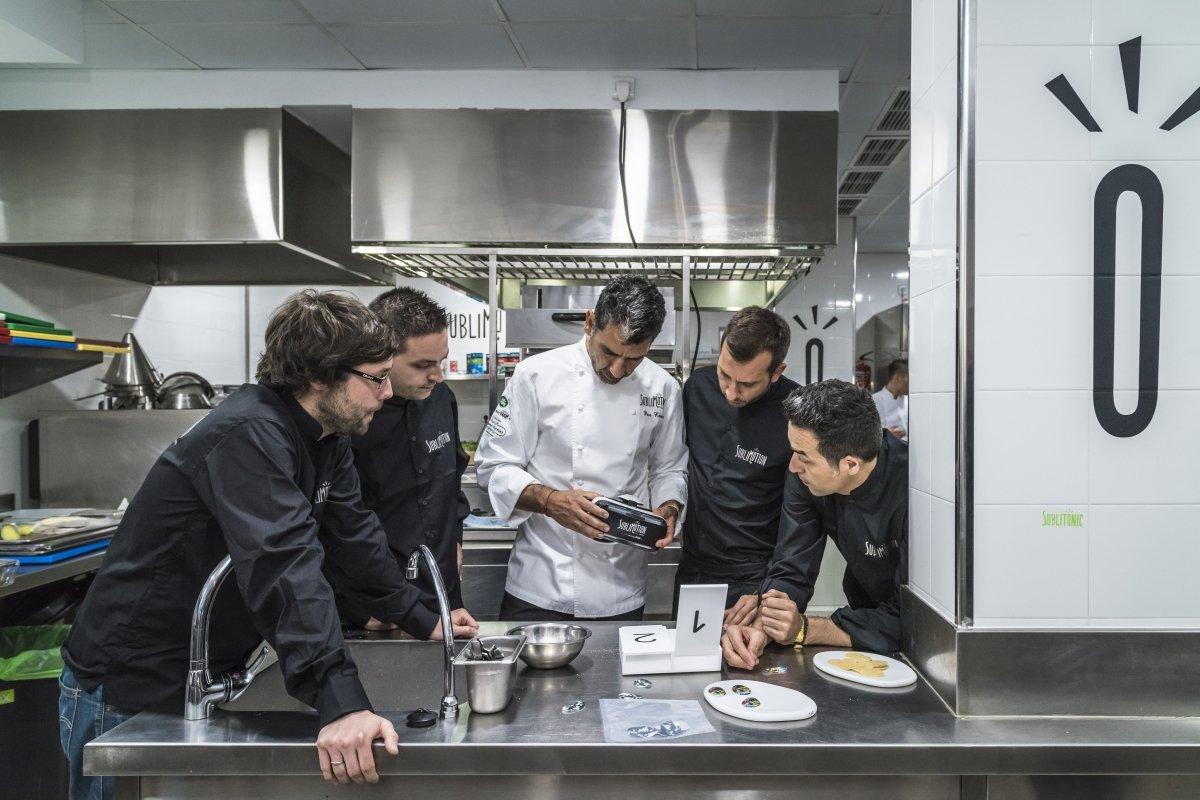 Paco Roncero y su equipo en la cocina del restaurante Sublimotion