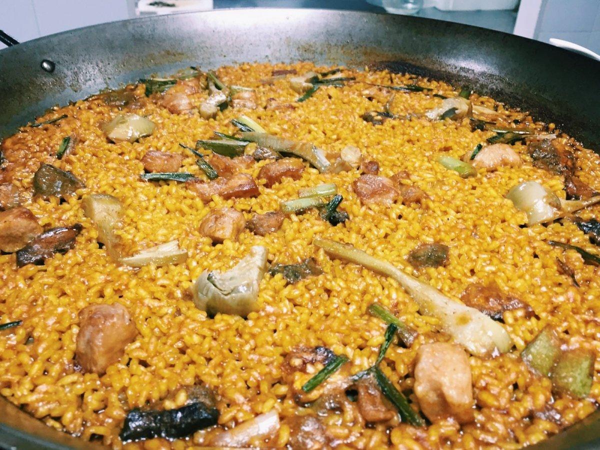 Paella de secreto con alcachofas y ajos tiernos de K-anròs
