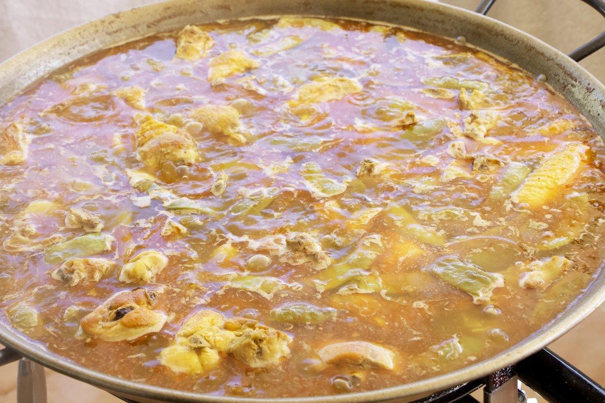 Paella en fase de cocción