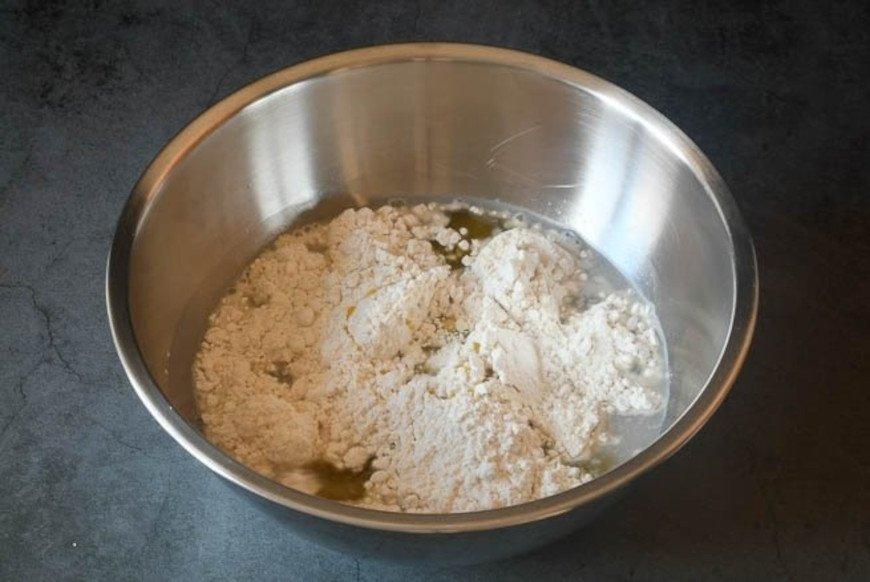 Añadir el aceite y la mitad de la harina