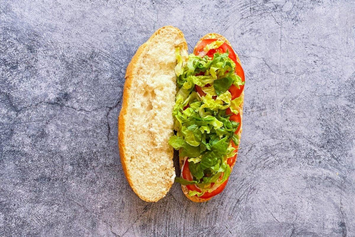 Pan con salsa, tomate y lechuga