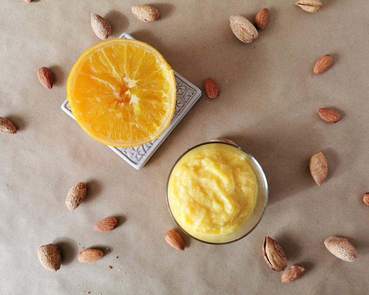 Pasar la naranja cocida por una batidora