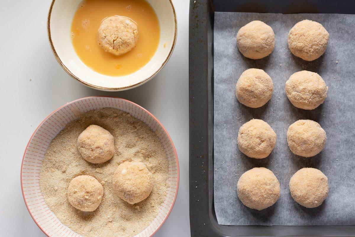 Pasarlas por huevo y pan rallado