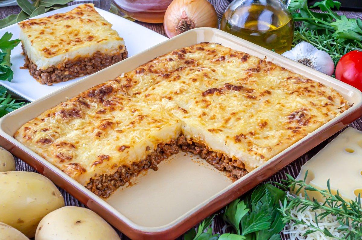 Pastel de carne picada y patata con queso