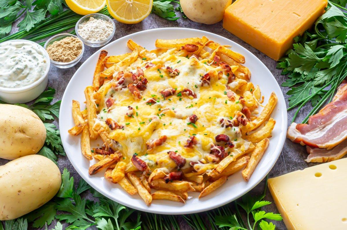 Patatas estilo Foster's con bacon y queso