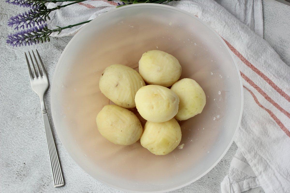 patatas recién cocidas y peladas para realizar puré